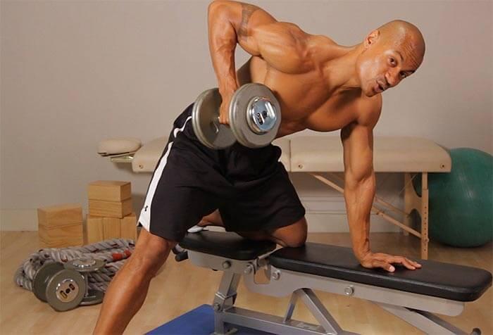 Rowing a dumbbell in torso drop